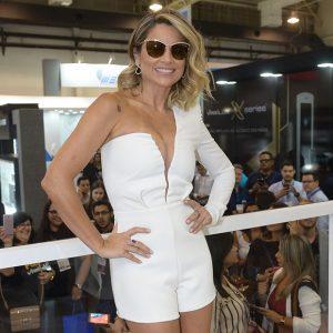 Flávia Alessandra Aposta Em Look Decotado Para Evento Em SP