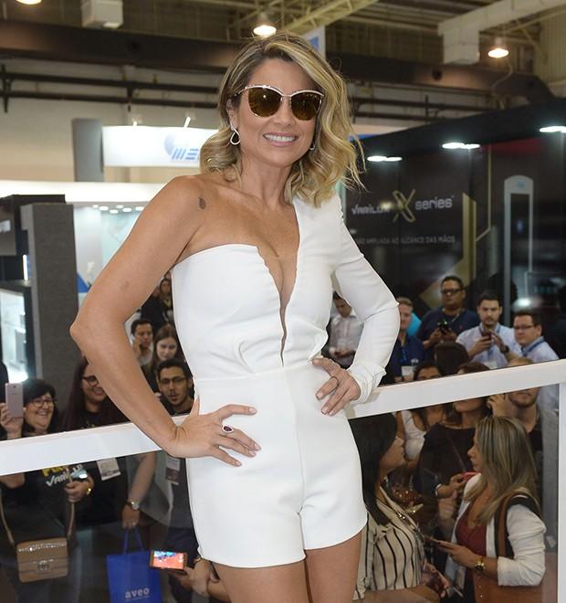 c1858db36dd24 Flávia Alessandra aposta em look decotado para evento em SP - Abióptica